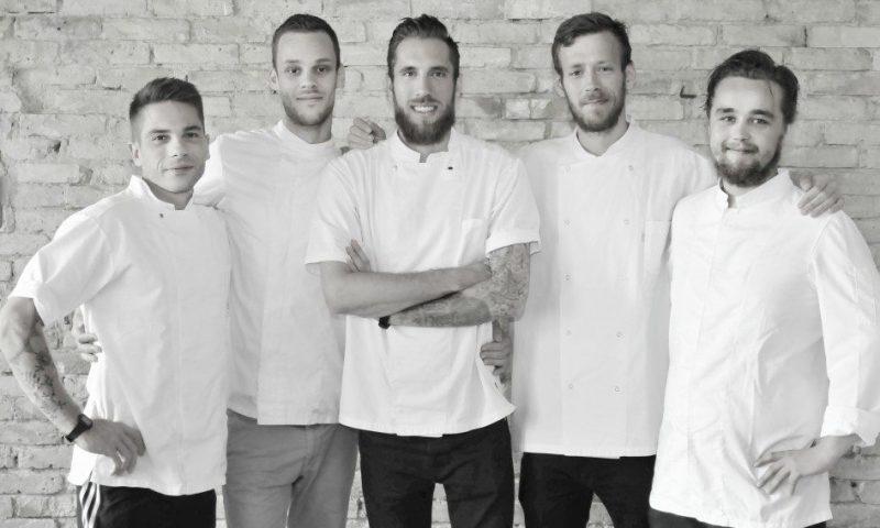 De fem dygtige kokke der skal repræsentere Nordjylland. Fra venstre Mikkel Jensen (Rusk), Frederik Martinsen (Svinkløv), Mads Hyllested (Applaus),  Simon Emil Christensen (Fyrklit), Søren Birch (Fusion) Foto: Leerbech
