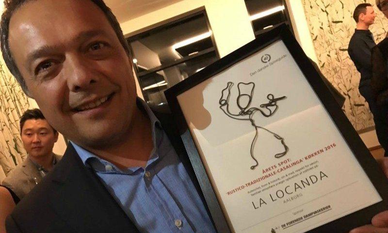 En stolt Carlo Liberati med prisen til La Locanda i Aalborg Foto: Stenstrup PR