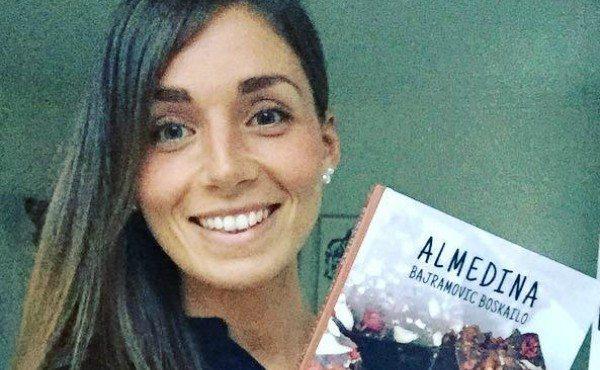 """Almedina Bajramović Boskailo med sin kogebog""""Det Lette Valg – Glad og Sund uden Gluten og Sukker""""."""