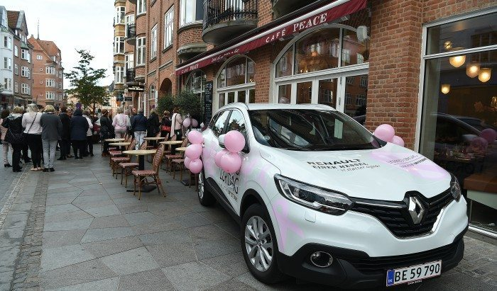 En brunch-gæst på Cafe Peace vandt en måned med en lækker Renault fra Ejner Hessel Foto: Betina Fleron