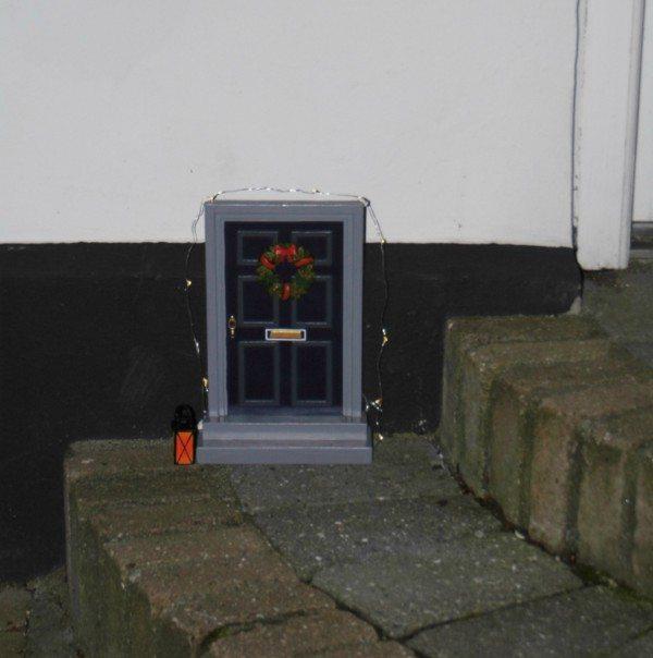 En udendørs Nisse-dør, som børnene kan have stor glæde af i juletiden