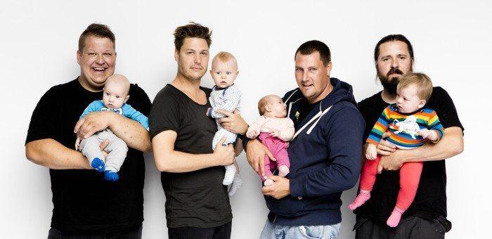 De fire nordjyske mænd, som medvirker i programmet med hver deres barn på armen. Foto: Discovery Network