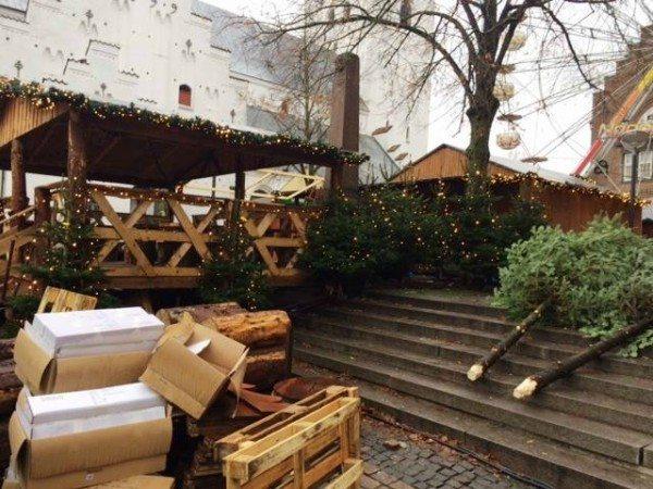 Der arbejdes stadig, så julemarkedet kan stå klart i morgen. Foto: Aalborg Citys Facebook-side