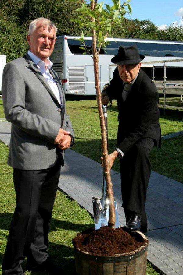 Leonard Cohen plantede også et træ. Foto: Aalborg Kongres & Kultur Centers Facebook-side