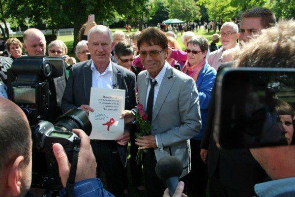 Sir Cliff Richard plantede det første træ i 1987. I 2011 indviede han genåbningen af De Syngende Træer: Foto: Aalborg Kongres & Kultur Centers Facebook-side