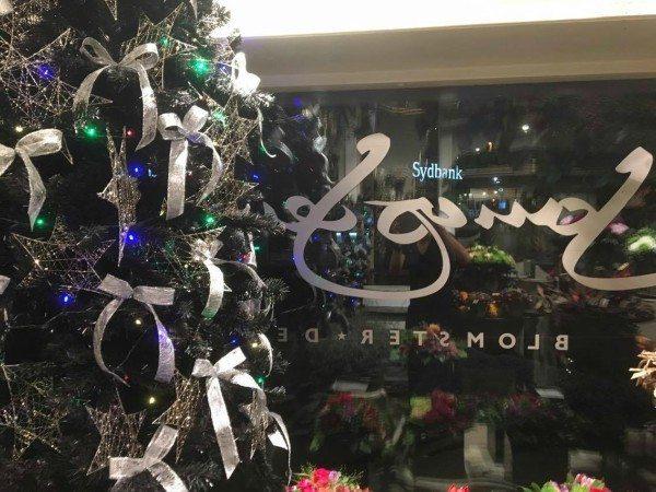 Der er pyntet op til jul i Jonas Jensen Blomsterdesign