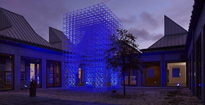 Kombinationen af design og lys giver en hel unik oplevelse af Utzon Centers svar på et alternativt juletræ. Foto: Allan Toft