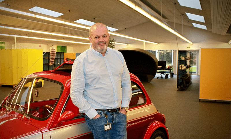 Jørgen Bønsdorff, stifter af JCD, foran en af sine biler i kontormiljøet