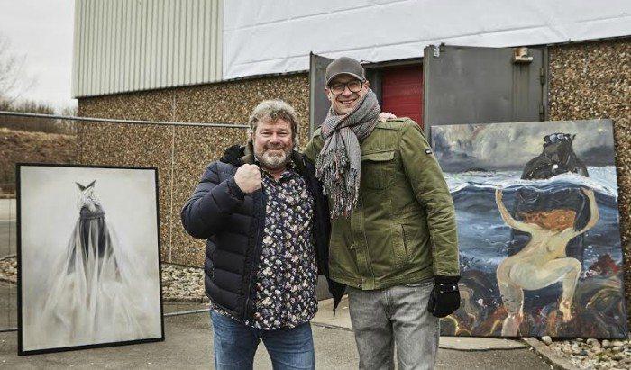 """Galleriejer Kent Wolfsen (venstre) og galleriets kurator, Rasmus Ejaas Fischer, i gang med at bringe egen kunst på plads til Aalborgs nye store kunstmesse, """"North"""". Foto: Louise Dybbro"""
