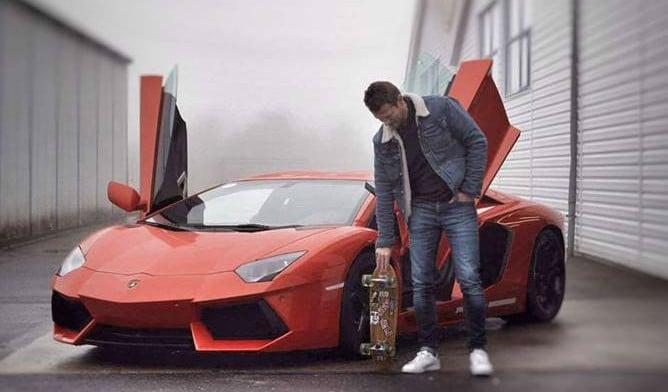 Iværksætteren Mads Peter Veiby med sin Lamborghini