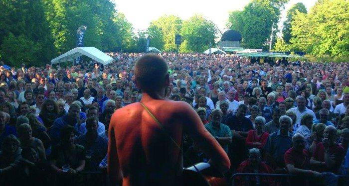 Fredagsfest i Karolinelund trækker altid mange mennesker Foto: Skråen