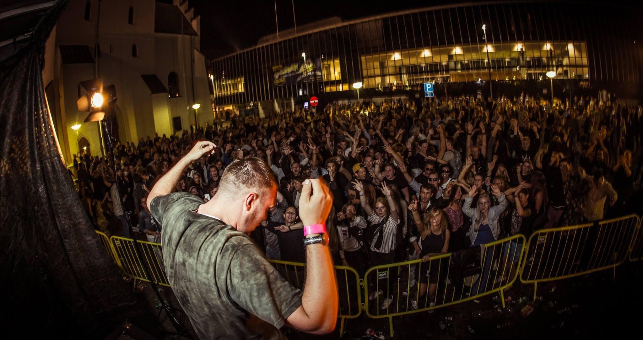 Fester fylder byen: Masser af liv i gaderne i Aalborg i weekenden