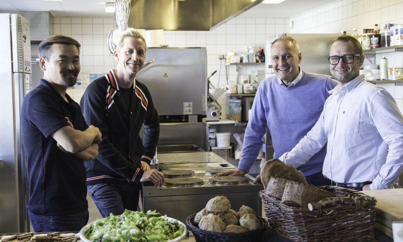 Vinh fra Fusion (yderst venstre) møder Kristian Rise fra Vendia (yderst højre). Øvrige på billedet er Morten Kok (Mortens Kro) samt Peter Christian Jensen (direktør Ruths Hotel)