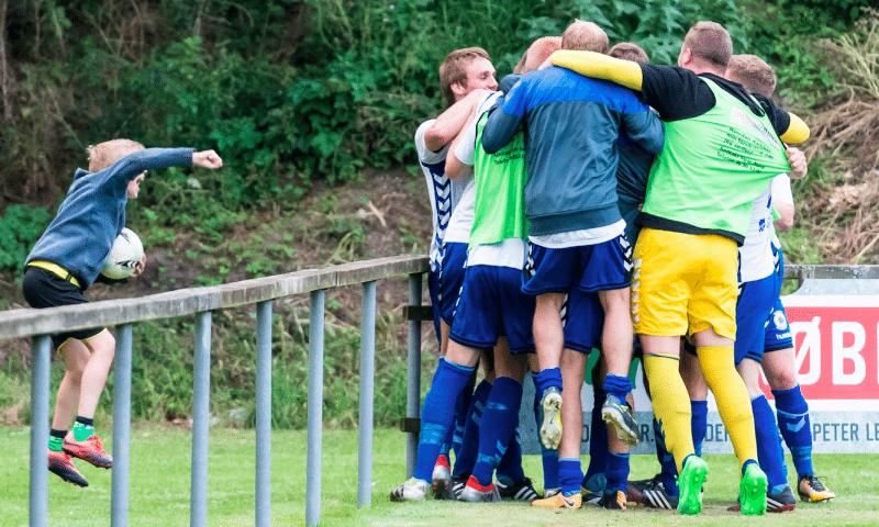 Kammeratskab og sammenhold er vigtigt i Vejgaard Boldklub. Foto: Lars Bo Nielsen
