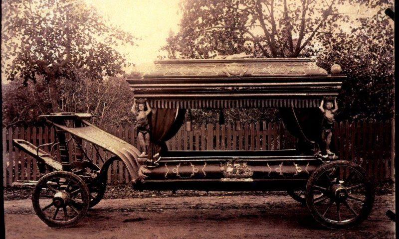 Foto: Nordjyske Museer  En beretning fra gamle dage fortæller om et spøgelsesbegravelsesoptog, som blev set i Algade ved Budolfi Kirke. Hør denne og andre spøgelseshistorier til de uhyggelige byvandringer med hekse, spøgelser og bloddryppende historier. Her ses en ægte ligvogn fra 1746, der har tilhørt Skipperliglavet i Aalborg.