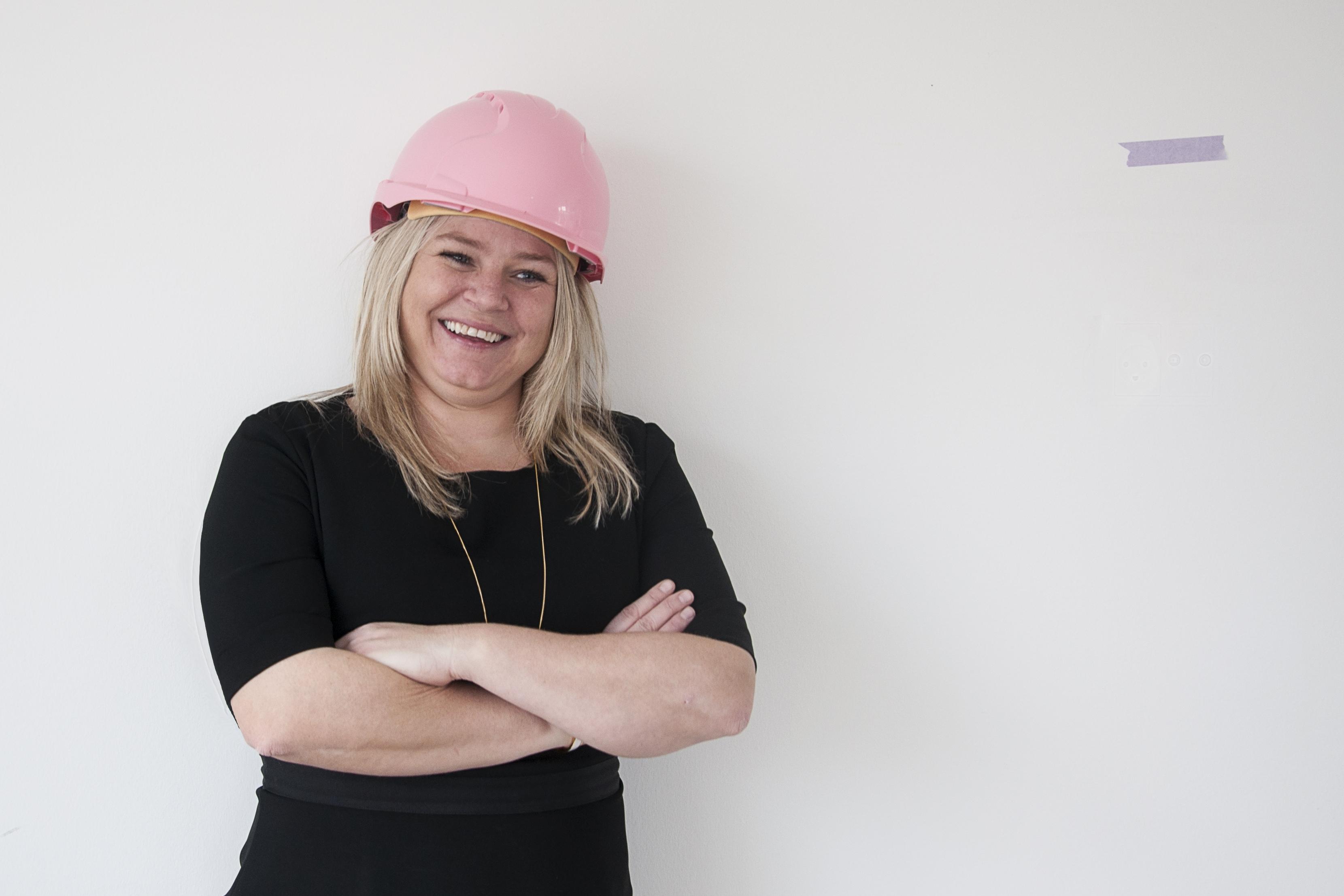 Powerkvinde med lyserød hjelm: Anne Mette står bag mange boliger i Aalborg