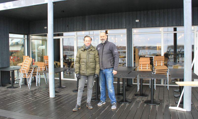 Jesper (tv) og Kristian (th) er de nye stolte ejere af Ombord.