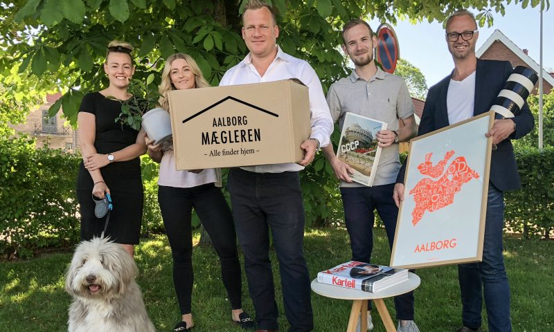 Aalborg Mægleren lover nu, at deres mægler kommer og hjælper med flytningen, når boligen er solgt.