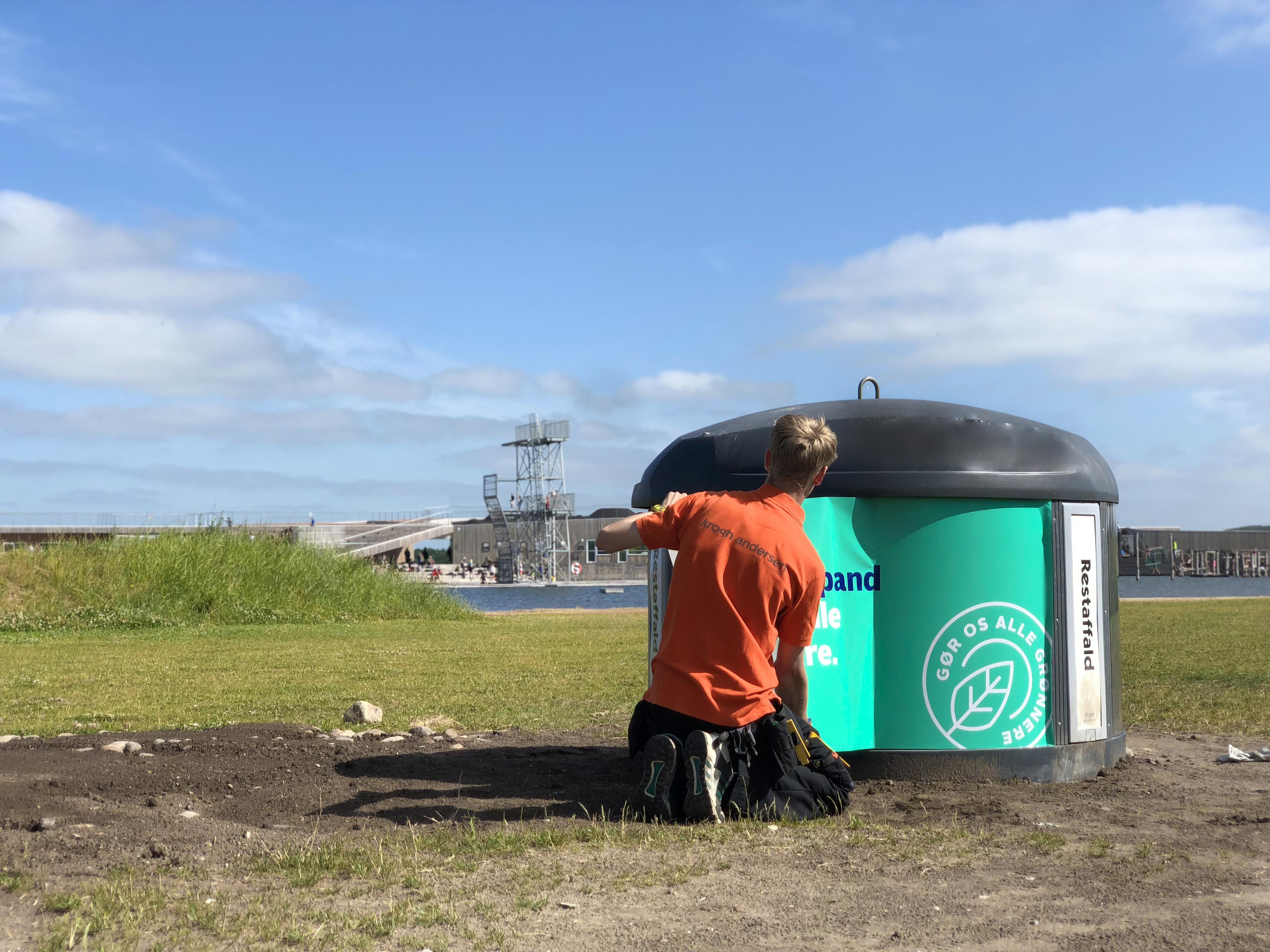 Nyt tiltag i Vestre Fjordpark: Derfor står der beachflag ved skraldespande