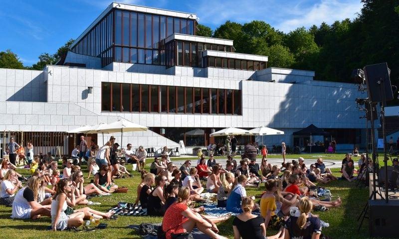 Kunsten er også velbesøgt om sommeren, hvor Summer Lounge er yderst populært