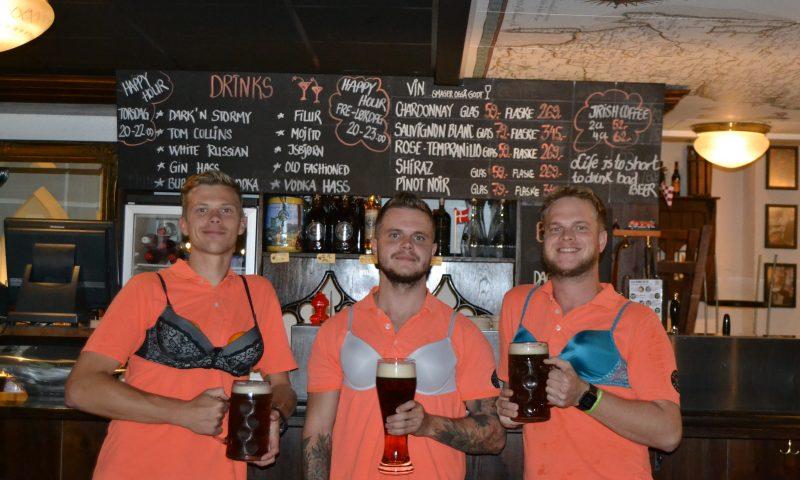 Michael, Jeppe & Kristian (fra venstre mod højre), stillede gerne op til et Støt Brysterne billede.