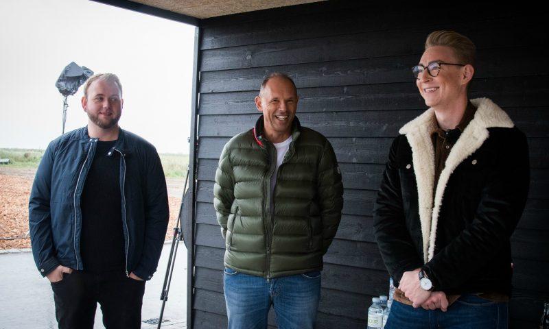 På billedet er det Henrik Rasmussen fra Metronome Production, der producere for TV2 (blå jakke) og Jesper Skovsgaard (grøn jakke) fra 2E Bolig og Emil Thorup (brun jakke).