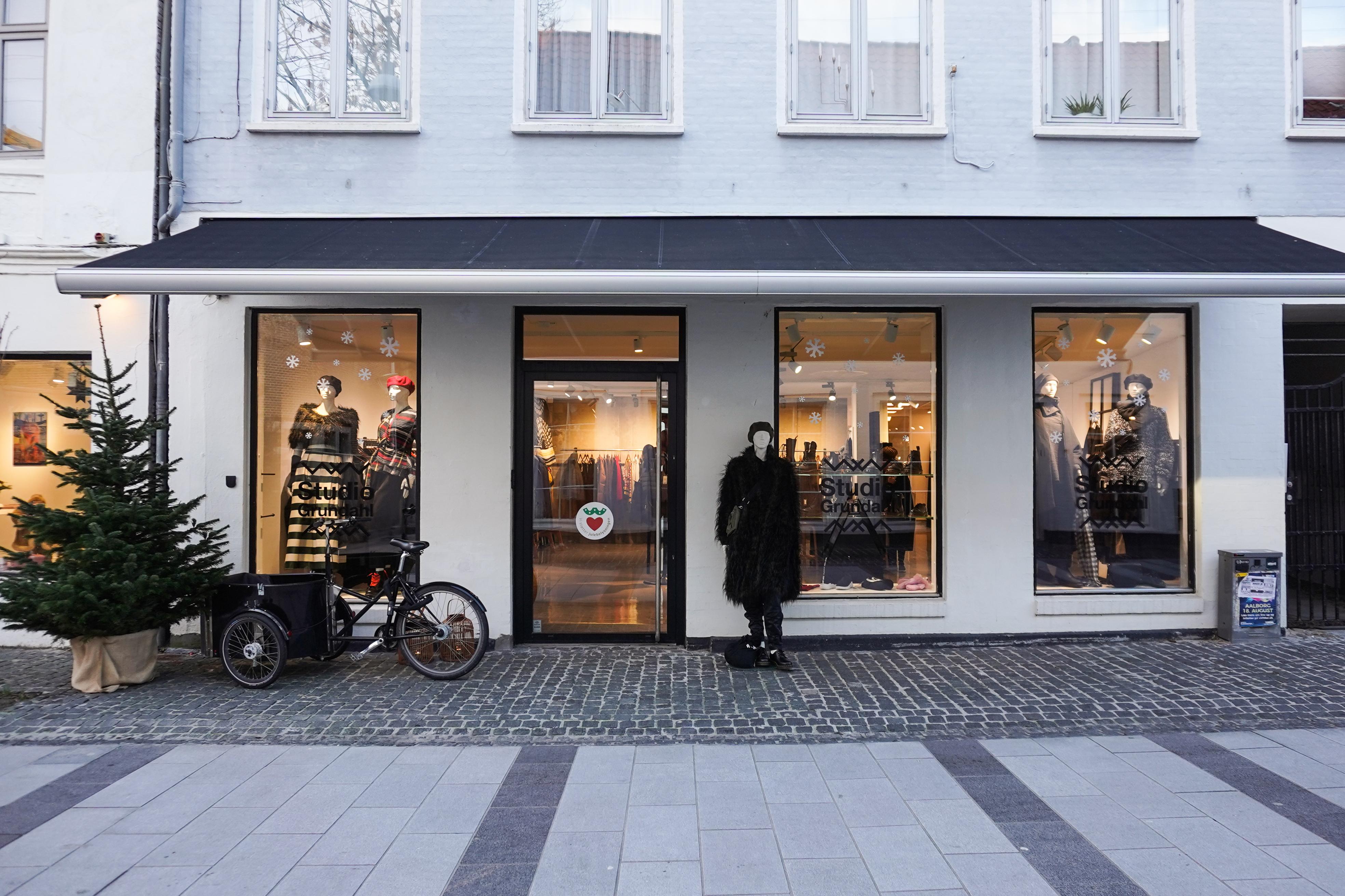 f9035ac58a5 Studio Grundahl er Nørregades tøjbutik med internationale vibes. Stilen er  skandinavisk og japansk inspireret med bl.a mærker som Henrik Vibskov, ...