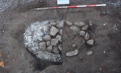 Her ses udgravningen af et ildsted. Det er opbygget på et underliggende kridtlag, hvorpå flere sten er lagt. Herover ses en rødbrændt lerkappe, der har dannet arnen. I forbindelse med udgravningen er den vestlige del af lerkappen bortgravet, og de underliggende sten er blevet fritlagt. (Foto: Nordjyllands Historiske Museum)
