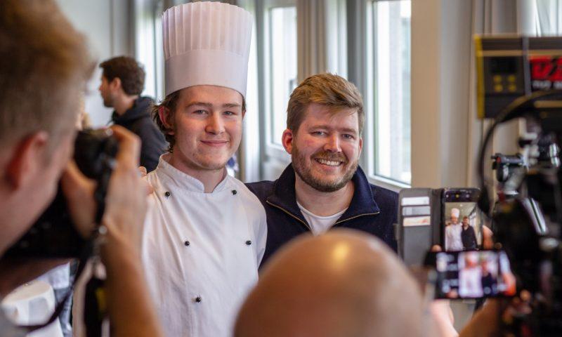 Kenneth Toft-Hansen sammen med en benovet elev