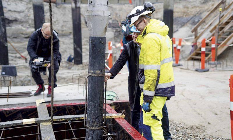 Det er borgmester Thomas Kastrup-Larsen, som sammen med en af A. Enggaards struktørlærlinge der forestod grundstensnedlæggelsen.