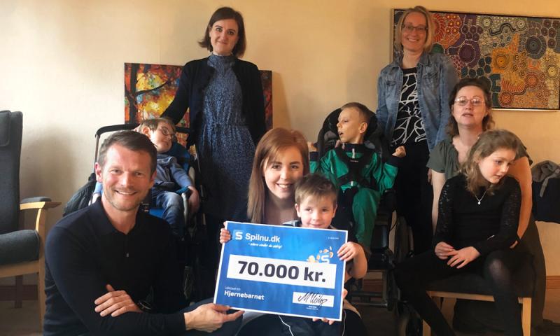 Spilnu.dk direktør Mads Peter Veiby overleverede den flotte check til Hjernebarnet