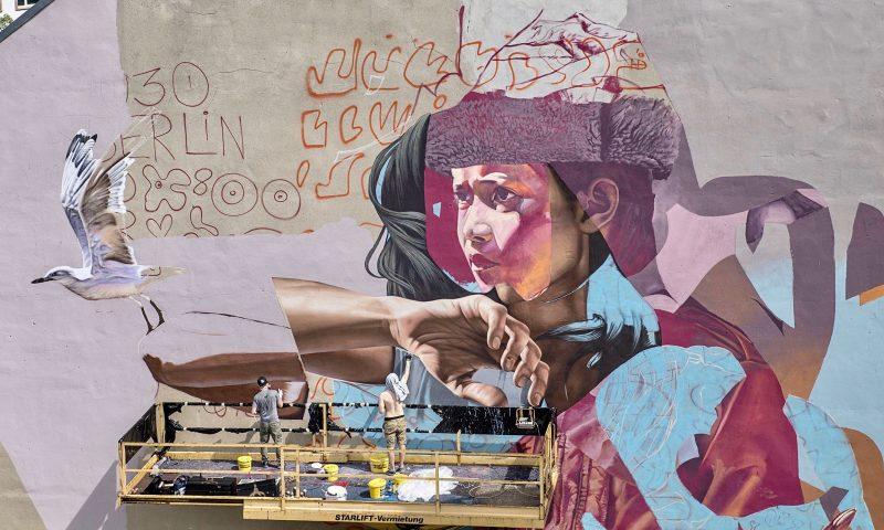 Duoen Telmo Miel arbejder på gavlmaleri i Berlin