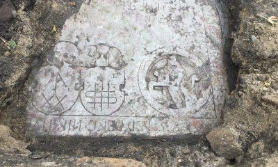 Gravstenen er rigt dekoreret med blandt andet Peder Pedersens bogmærke samt de fire evangelister. Til højre ses evangelisten Johannes.  Foto Nordjyllands Historiske Museum