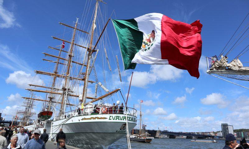 Cuauhtemocs flag blafrer vildt i vinden.