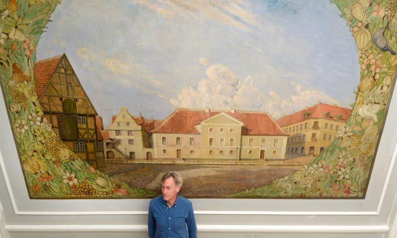 Simon Vejbæk Kinch foran det nyrestaurerede maleri