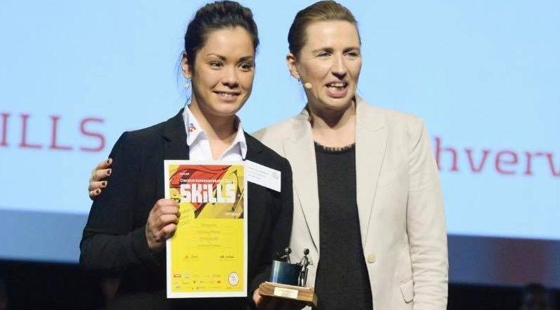 Katja Icaca Madsen fra First Hotel Aalborg fik overrakt guld-diplom fra statsminister Mette Frederiksen