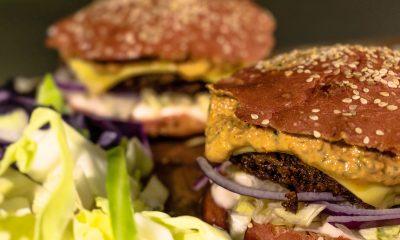 Noget af VeganDottírs udvalg: Burger med vegansk ost