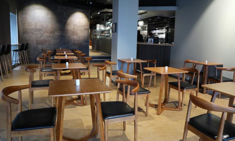 Yummi har særdeles rummelige lokaler og har inddelt restauraten i en sushi-sektion og en ramen-sektion.