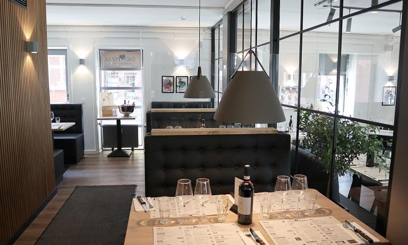 Lamperne over bordene i Jens Bangs Gade er fra Nordlux Strap serie.