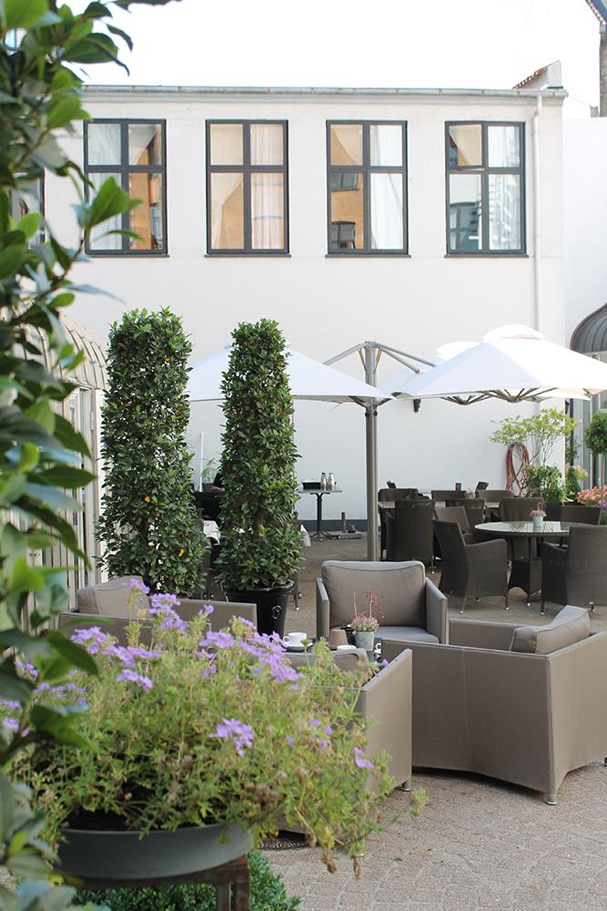 Sommerferie i København: Yoga, vinsmagning og sommervibes i Københavns hyggeligste gårdhave
