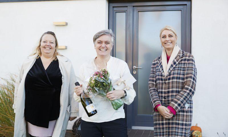 Jane Rygaard Pedersen i selskab med to af stifterne af Kammaprisen. Karina Burgdorff Jensen (venstre) og Maja torp (th)
