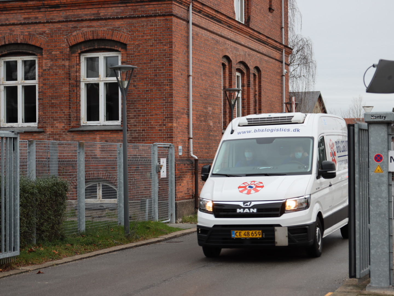 Så er de på vej: Corona-vaccine sendt til Aalborg med politieskorte