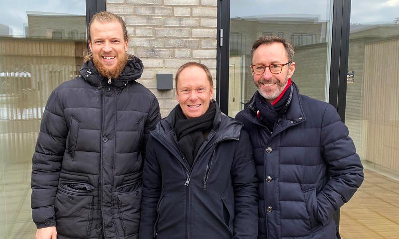 Fra venstre til højre: Indehaver af Din Mægler, Lasse Frederik Pedersen, Bo Larsen, en glad ny beboer i Sofies Have, og administrerende direktør hos Søren Enggaard A/S, Carsten Enggaard.