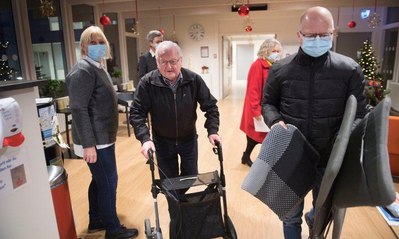 Kl 9 første vaccination mod COVID-19 i Region Nordjylland på plejehjemmet Birkebo Chresten Baisgaard - første vaccinerede nordjyde og hans søn Bent Baisgaard  Dato: 27.12.20 Foto:  Lars Horn / Baghuset
