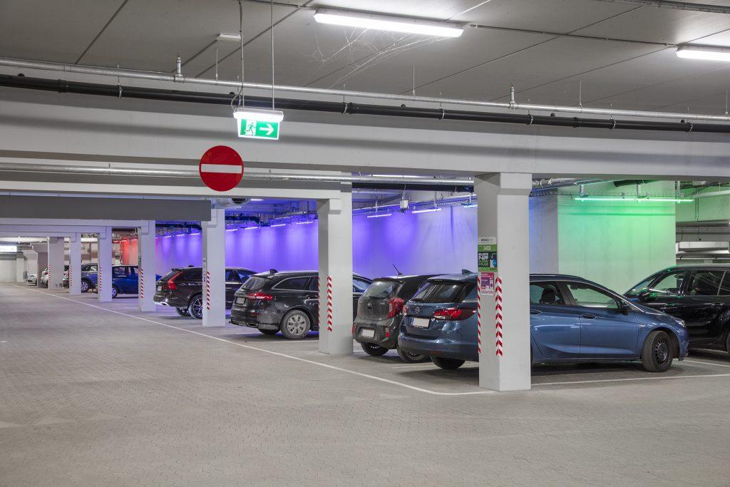 Midt i debatten om utryghed: Central p-kælder i Aalborg har fået et helt særligt lys