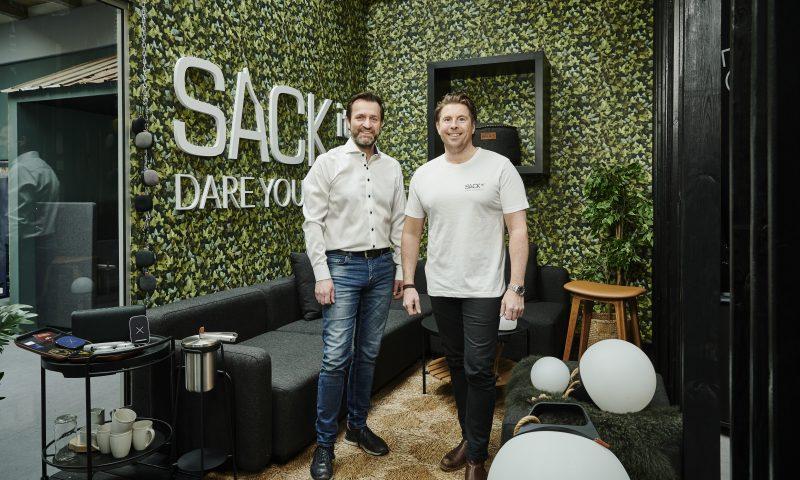 Managing director Peter Rasmussen (tv) og CEO Kristoffer Glerup (th) i SACKits showroom