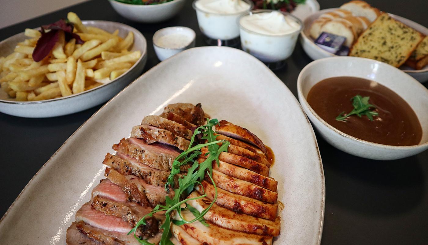 Masser af lækkert kød og tilbehør: Australian Barbeque forkæler med fredagsmenu
