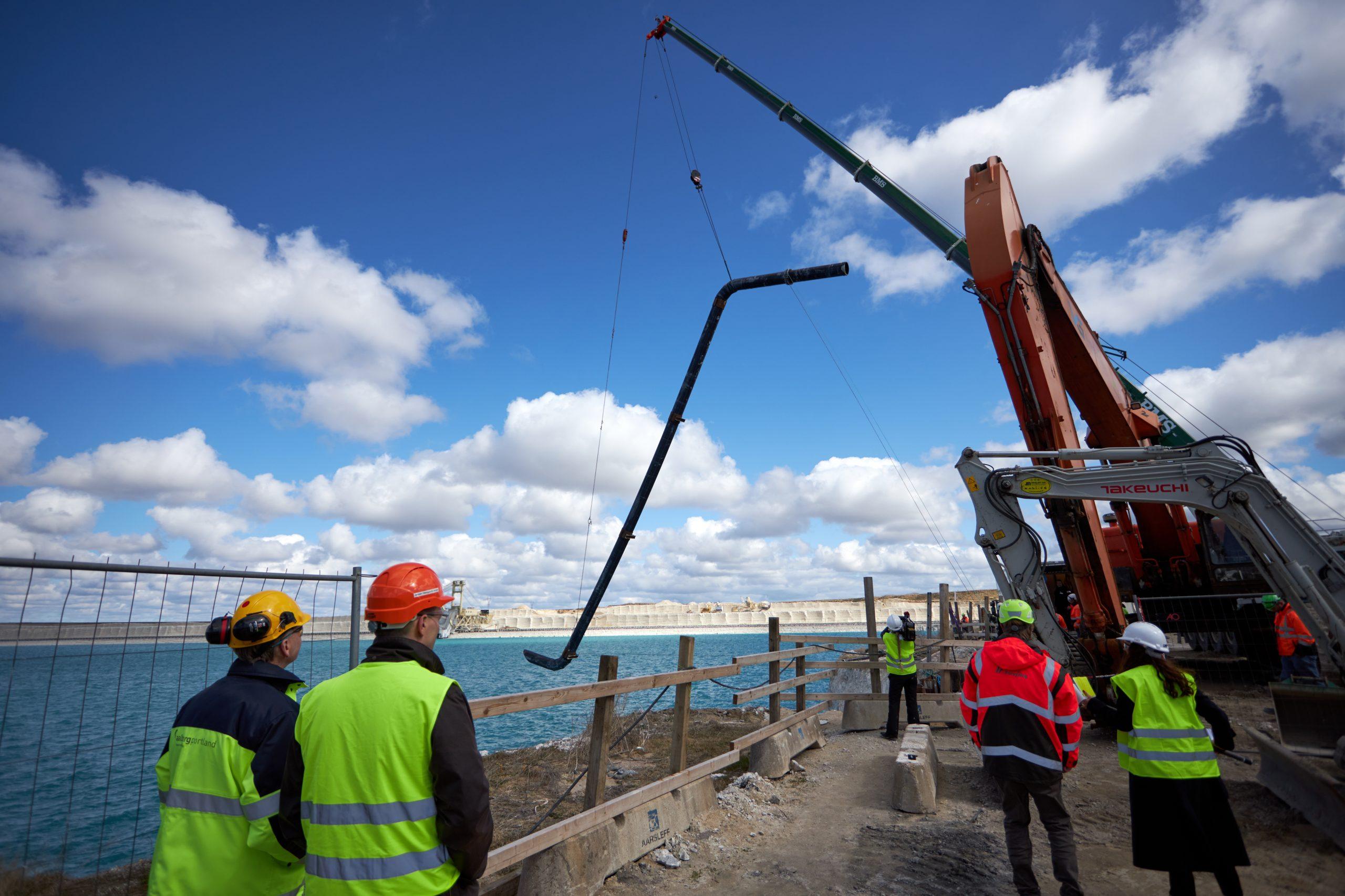 Klimavenlig fjernkøling: Gigantisk sugerør på 27 meter er nu sænket ned i kridtsø