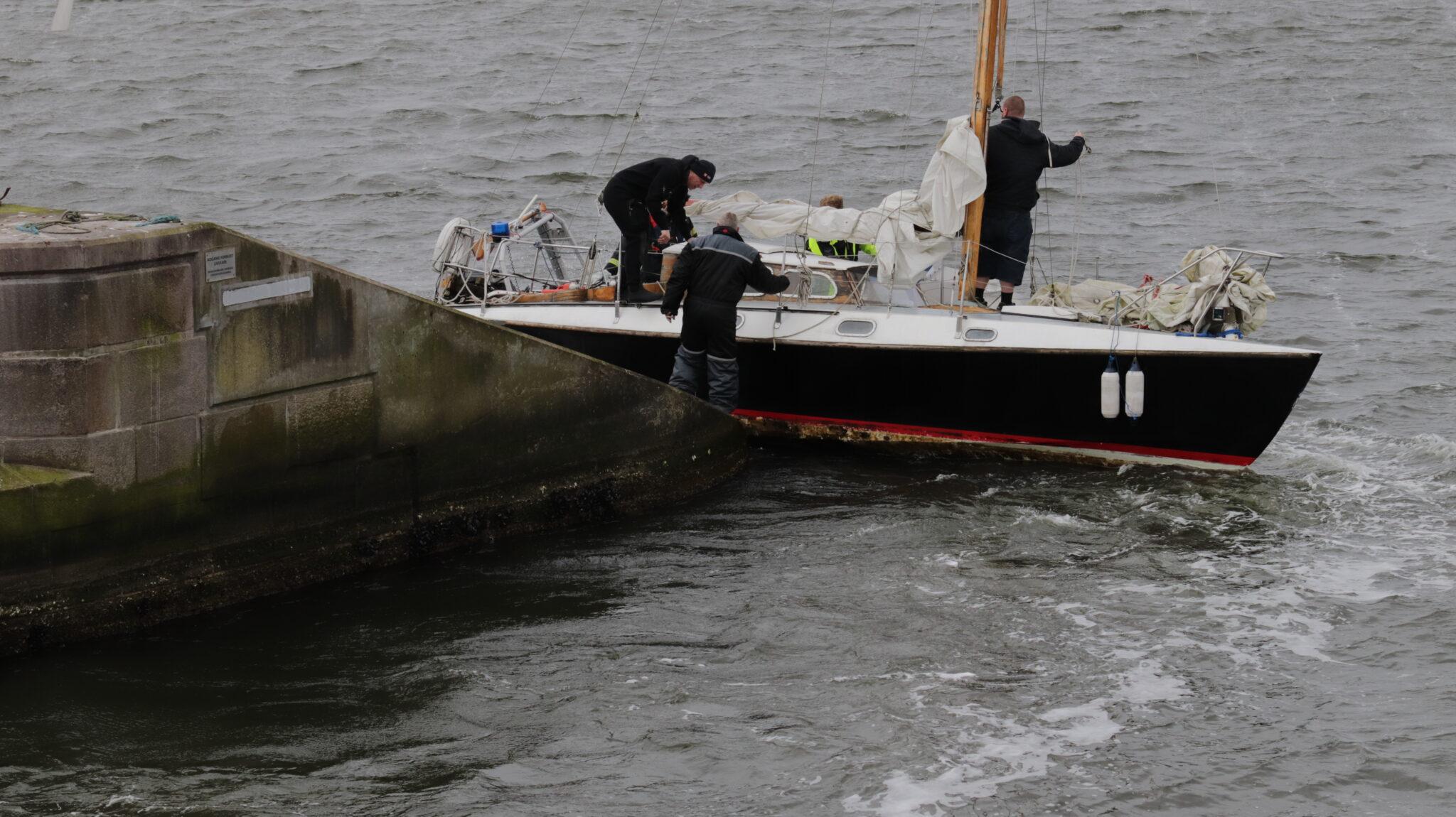 Måtte reddes fri: Båd ramte betonpille i vandet ved Jernbanebroen