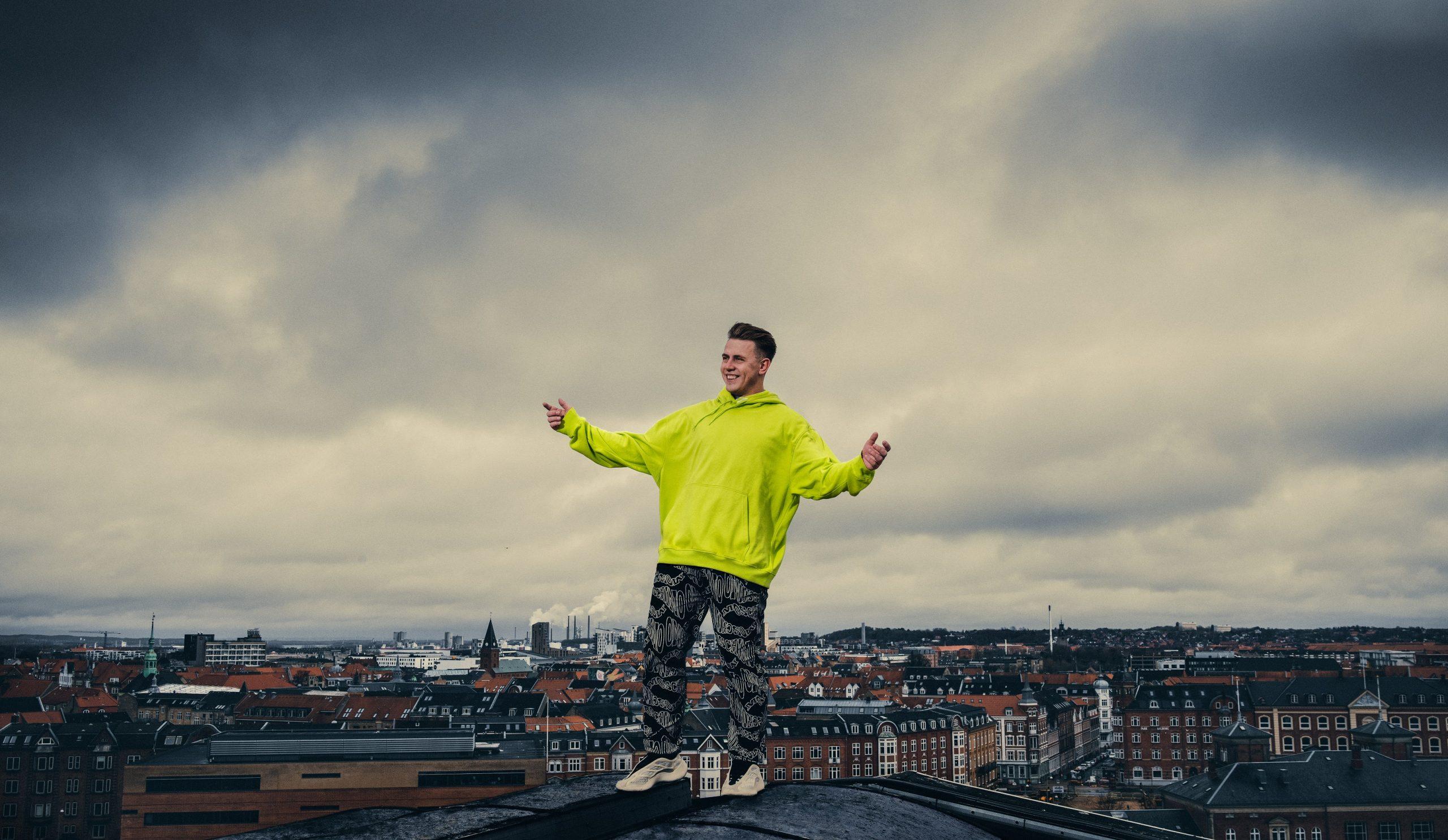 Helikopter, fyrværkeri og kæmpe lysshow: Så vildt bliver Martin Jensens show på fredag